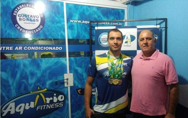 Michael com seu técnico (e pai) Mitcho: ouro no Brasileiro Másters de Natação - Crédito: Marcos Escrivani