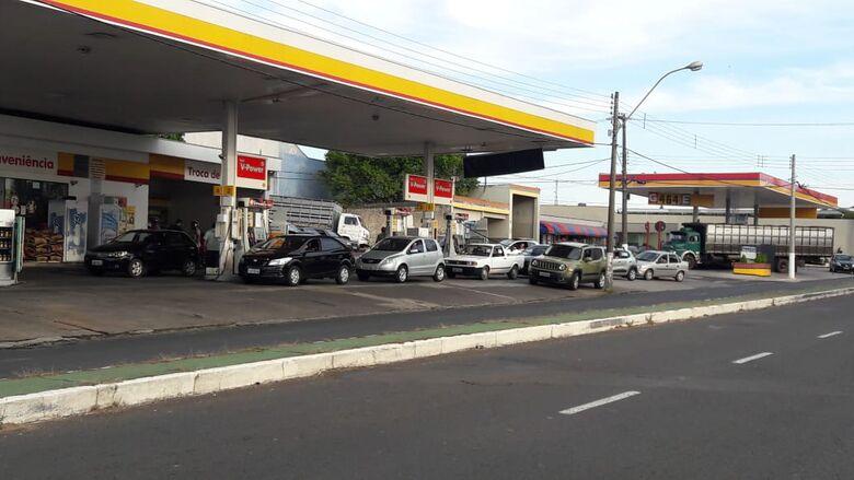 Ameaça de nova greve faz aumentar movimento nos postos de São Carlos - Crédito: Fotos Maycon Maximino