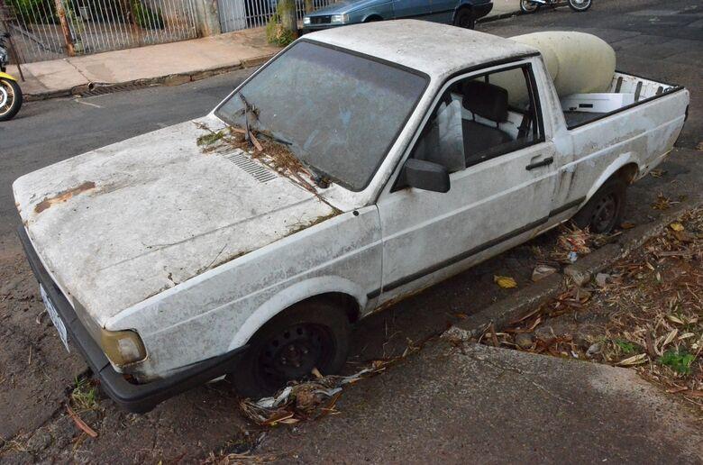 Prefeitura começa a recolher carros abandonados nas ruas de São Carlos -