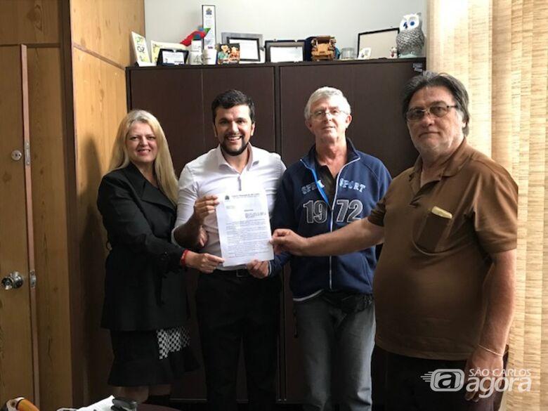 Rodson com membros da Comissão de Ambulantes e a proposta de legislação para regulamentar atividade no município - Crédito: Divulgação