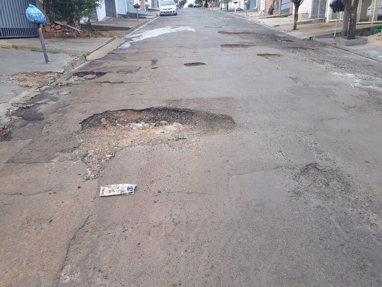Rocha destacou ainda, que há afundamentos no asfalto e locais esfarelados cheios de pedras soltas sobre a via - Crédito: Divulgação