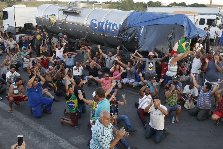 Caminhoneiros paralisaram rodovias em vários estados reivindicando redução do preço do óleo diesel - Crédito: Tomaz Silva/Agência Brasil