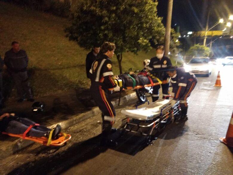Duas mulheres ficam feridas após colidir moto em carro na região do shopping - Crédito: Luciano Lopes