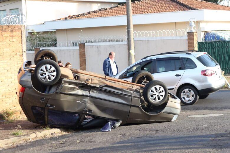 Carro capota após colisão no Centro - Crédito: Marco Lúcio