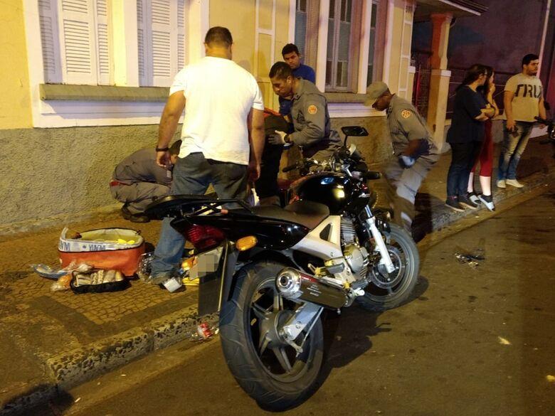 Motorista faz conversão proibida e causa acidente deixando dois motociclistas feridos - Crédito: Luciano Lopes