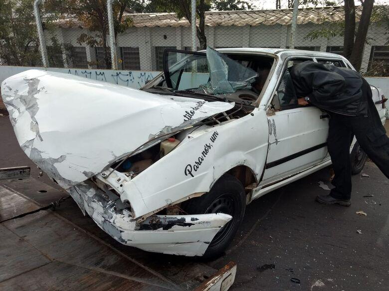 Carro capota após bater em poste e ocupantes fogem - Crédito: Luciano Lopes