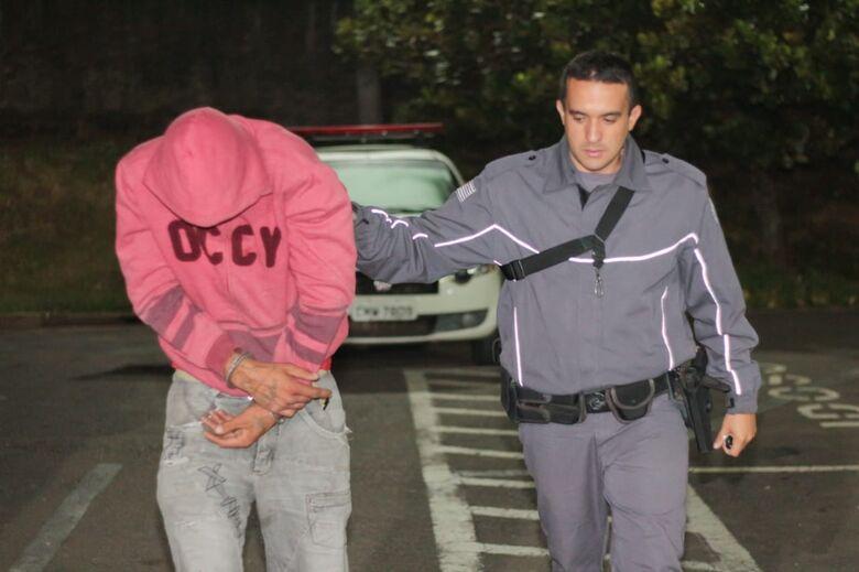 Homem é detido no CDHU após furtar carro no Centro - Crédito: Marco Lúcio