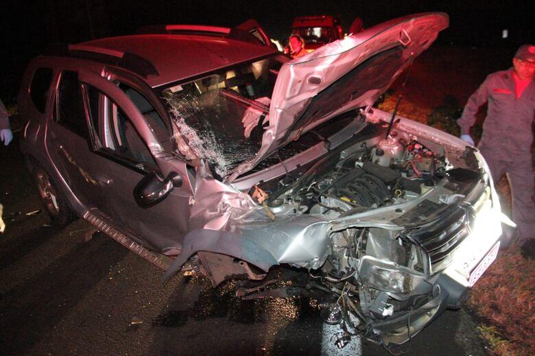 Carro perde a suspensão após colisão com caminhão na Washington Luís - Crédito: Maycon Maximino