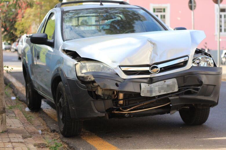 Duas picapes se chocam após motorista avançar pare no Centro - Crédito: Marco Lúcio