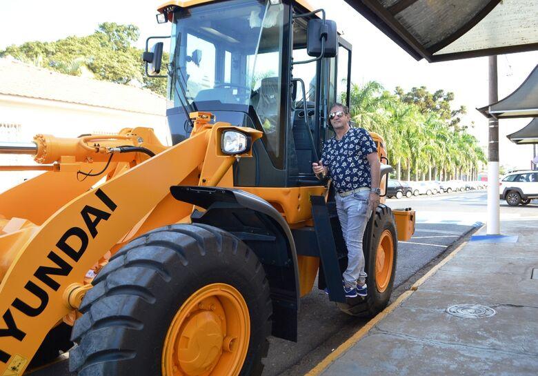 Nos 125 anos, Ibaté recebe pá-carregadeira de R$ 320 mil do Estado - Crédito: Divulgação