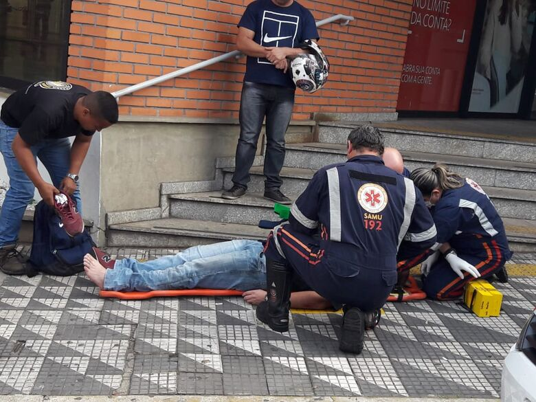 Para evitar colisão, motociclista desvia de carro e sofre queda - Crédito: Maycon Maximino