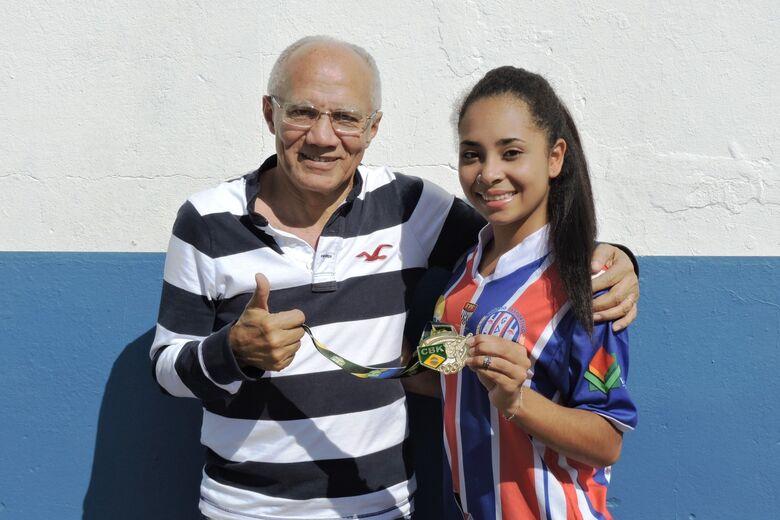 Thamires exibe medalha de prata ao presidente do Lobão, Benedito Pinheiro - Crédito: Gustavo Curvelo/Divulgação