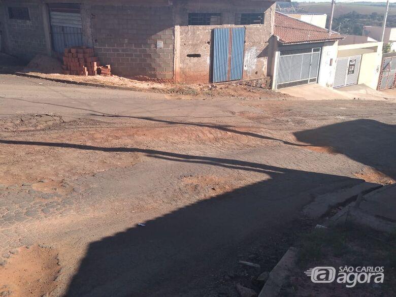 Moradores indignados revelam abandono no Prolongamento do Jardim Medeiros - Crédito: Marcos Escrivani