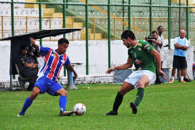 Meio-campista de 19 anos estreou como atleta profissional pelo Lobão - Crédito: Gustavo Curvelo/Divulgação