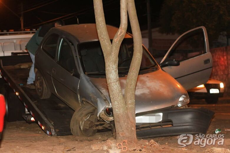 Motorista perde controle e colide em duas árvores - Crédito: Marco Lúcio