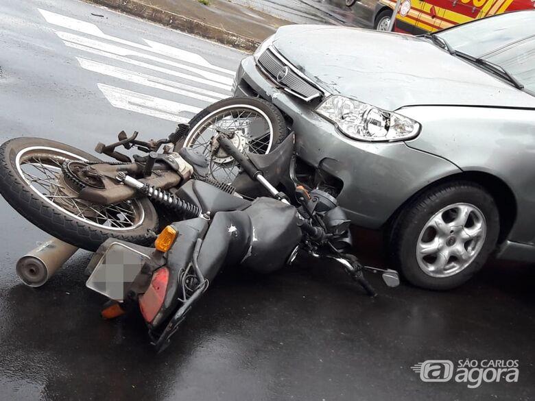 Após colisão com carro, moto é arrastada por cinco metros - Crédito: Maycon Maximino