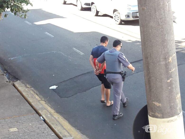 Após tentativa de roubo, assaltante apanha da vítima e na fuga, é arrastado por ônibus - Crédito: Maycon Maximino