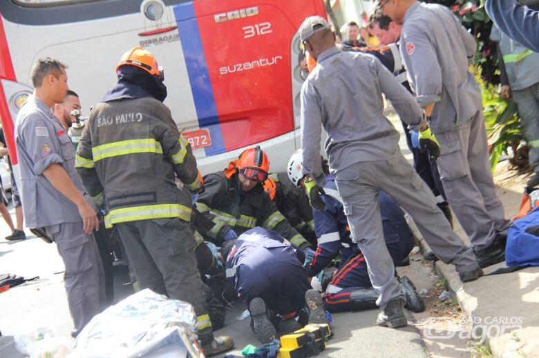 Homem atropelado por ônibus corre o risco de perder o braço - Crédito: Maycon Maximino