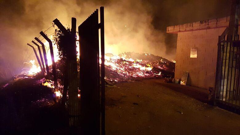 Fogo em ecoponto assusta moradores no Prolongamento do Jardim Medeiros [vídeo] - Crédito: Colaborador/SCA