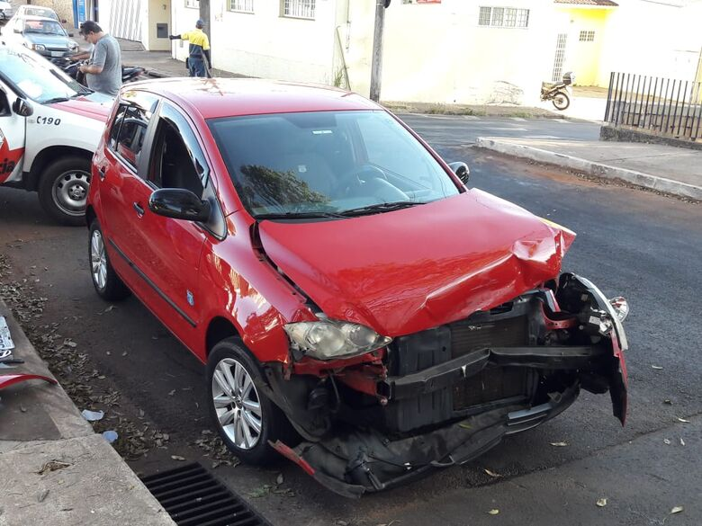 Motorista avança sinal de pare e causa acidente no Centro - Crédito: Maycon Maximino
