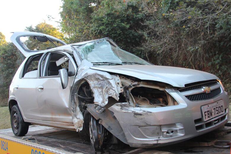 Carro bate na traseira de caminhão na SP-215 - Crédito: Maycon Maximino