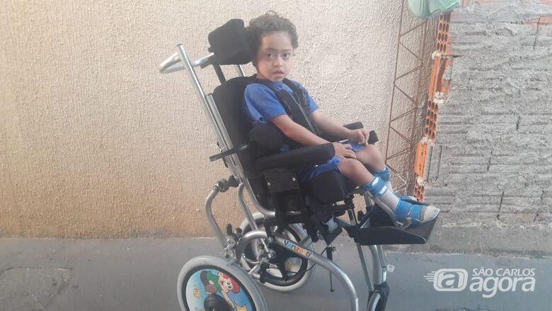 Com ajuda do SCA, família do pequeno Lorenzo conquista cadeira de rodas e colete - Crédito: Marcos Escrivani
