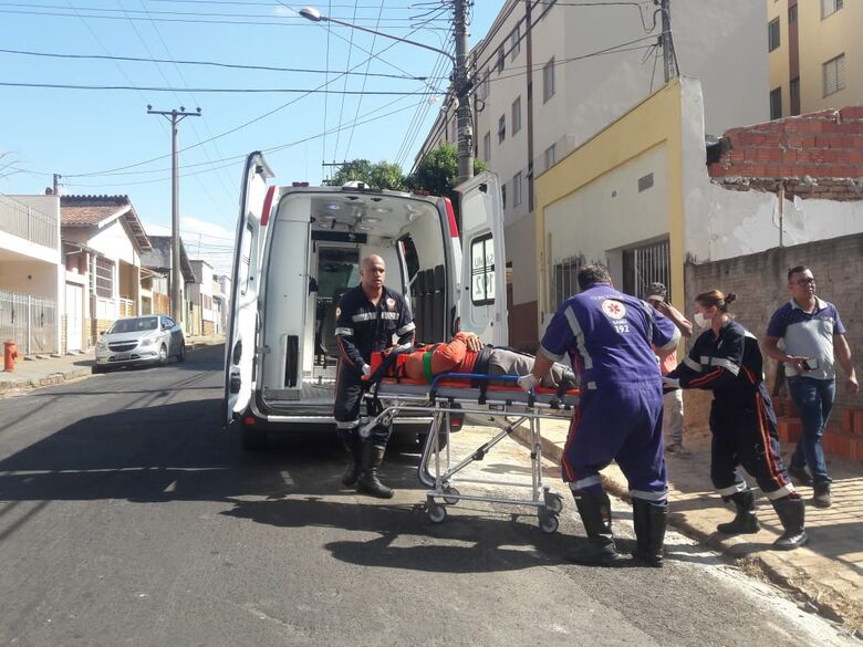 """Pedreiro """"pisa em falso"""" e cai do telhado no Jardim São Carlos - Crédito: Maycon Maximino"""