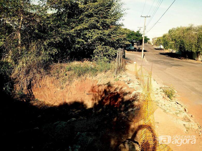 Ponte danificada coloca pedestres em perigo - Crédito: Marcos Escrivani