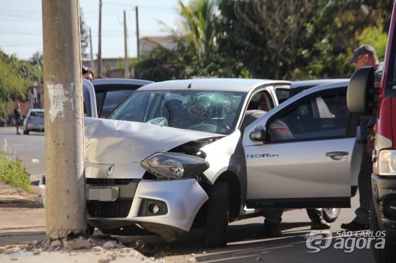 Após mal súbito, mulher colide carro em poste - Crédito: Maycon Maximino