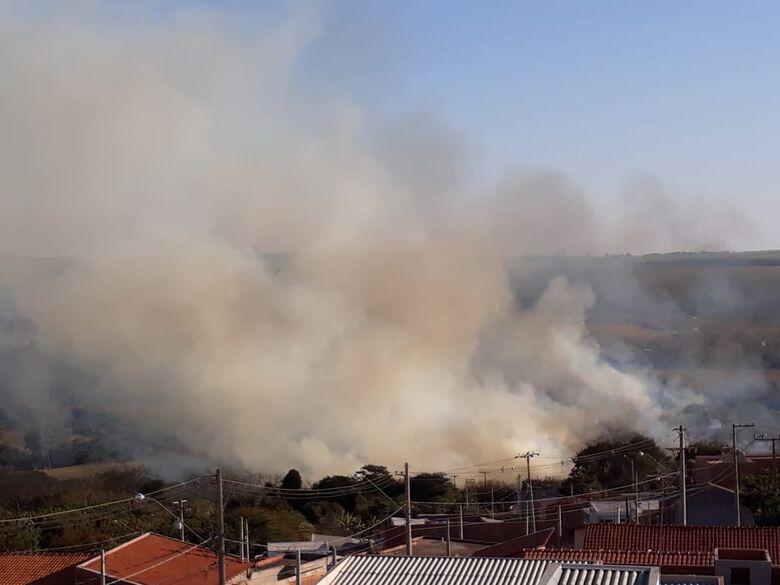 Fogo na região do Residencial Eduardo Abdelnur assusta moradores - Crédito: Adriano Gazzoli