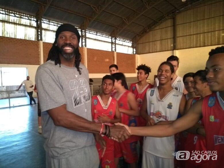 Nenê Hilário visita escola de basquete e incentiva são-carlenses a acreditar no sonho de ser atleta - Crédito: Marcos Escrivani
