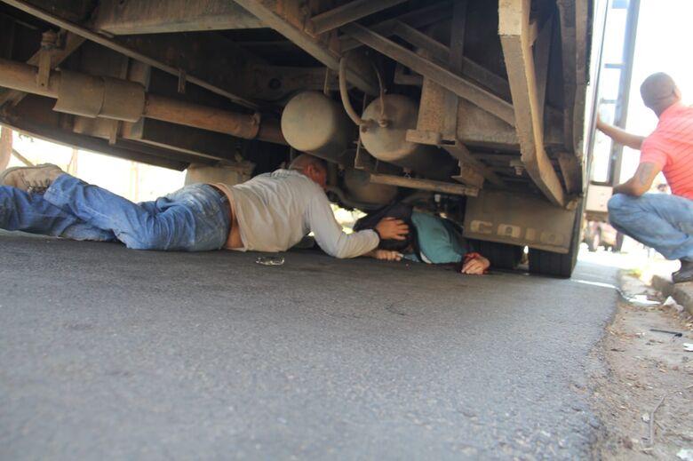 Após ser atropelado, pedestre fica preso embaixo de ônibus - Crédito: Maycon Maximino