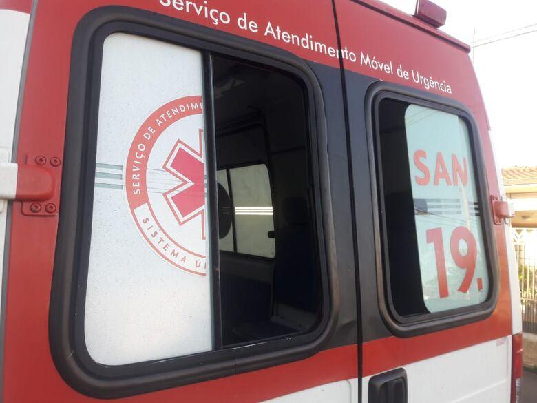 Jovem transtornado danifica viatura do SAMU - Crédito: Maycon Maximino