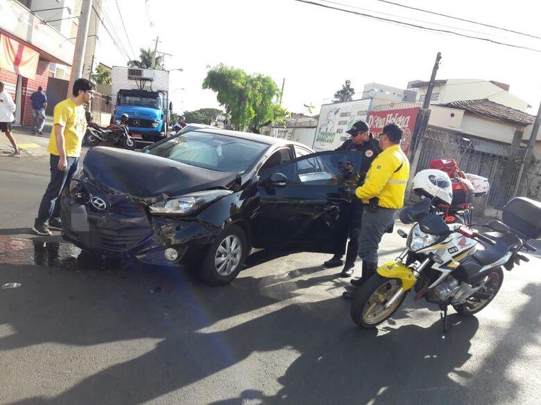 Colisão envolve dois carros no Jardim Paraíso - Crédito: Maycon Maximino