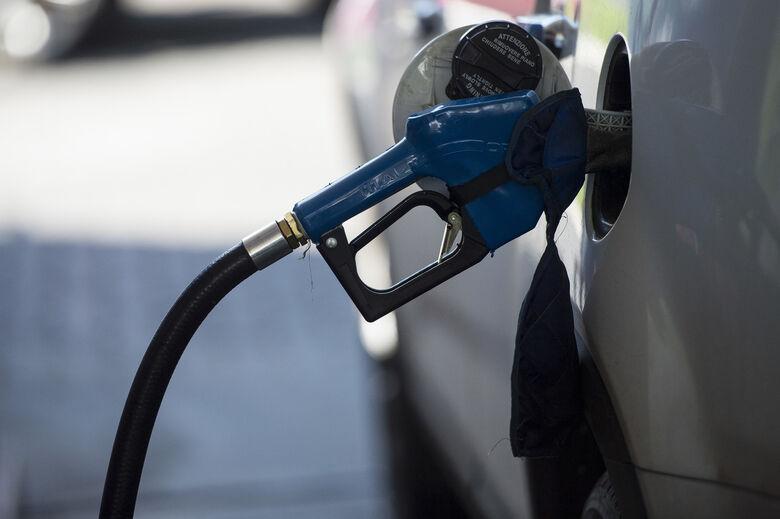 Petrobras anuncia queda de 0,98% no preço da gasolina nas refinarias - Crédito: Agência Brasil