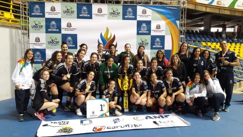 Superpoderosas do handebol feminino comemoram título com a medalha de ouro no peito - Crédito: Divulgação