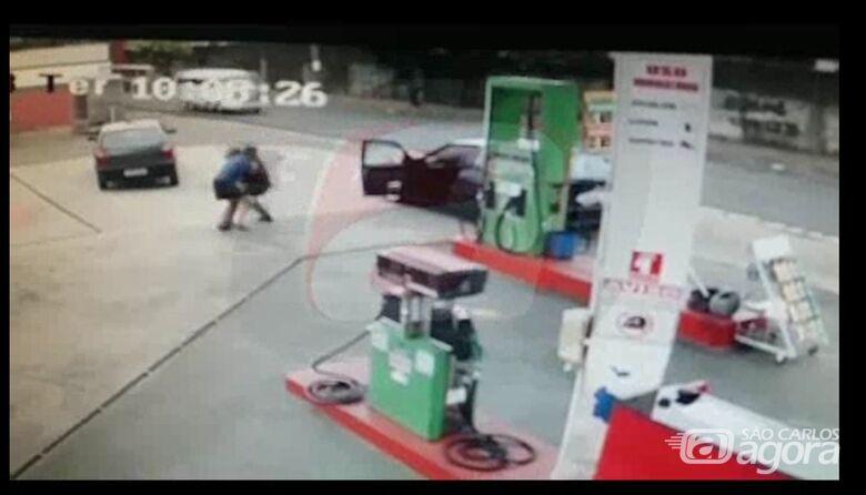 Câmeras de segurança registram momento em que PM é esfaqueado -