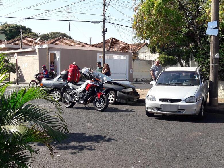 Após colisão, Corsa roda e colide em poste - Crédito: Maycon Maximino