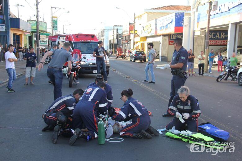Mulher sofre parada cardíaca após ser atropelada por moto - Crédito: Maycon Maximino