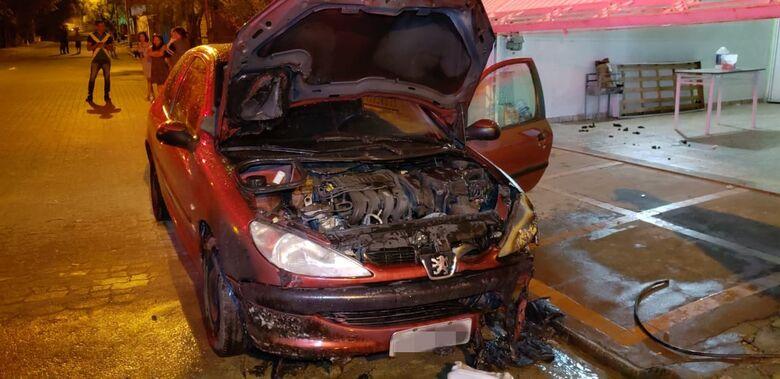 Incêndio atinge carro no Santa Angelina - Crédito: Divulgação