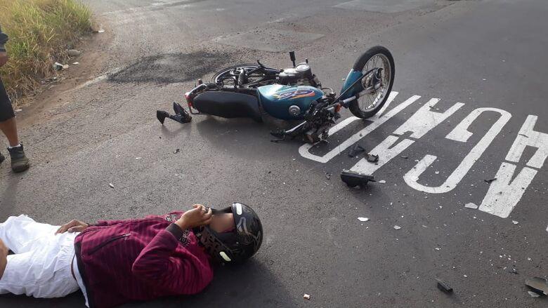 Motociclista sofreu lesões no ombro e joelho. - Crédito: Colaborador