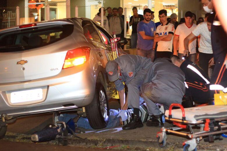 Motociclista fica preso embaixo de carro após acidente - Crédito: Marco Lúcio