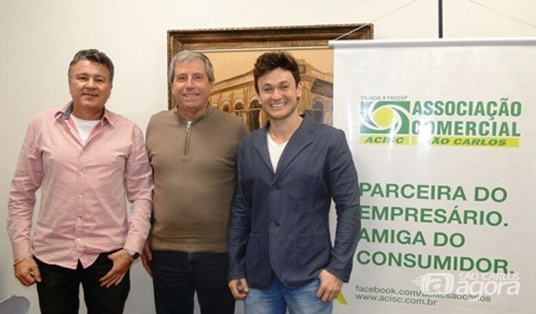 Rick Bertogna e Lindomar José Borges com o presidente da Acisc, José Fernando Zelão Domingues (ao centro) - Crédito: Divulgação