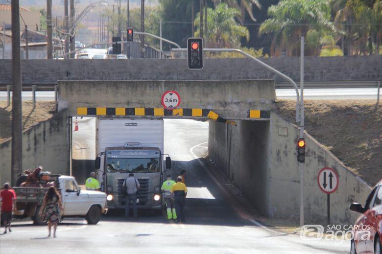 Caminhão fica 'entalado' em pontilhão na Avenida Capitão Luís Brandão - Crédito: Maycon Maximino