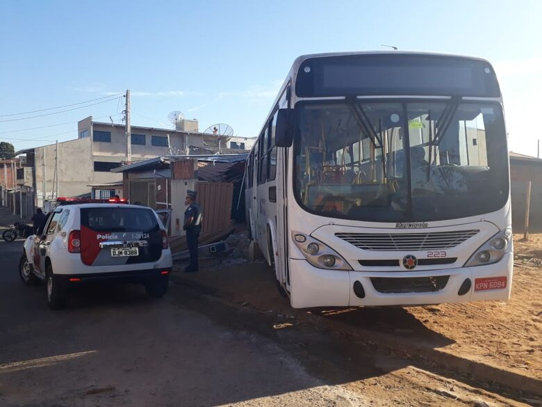 Ônibus invade casas no Cidade Aracy II - Crédito: Marco Lucio