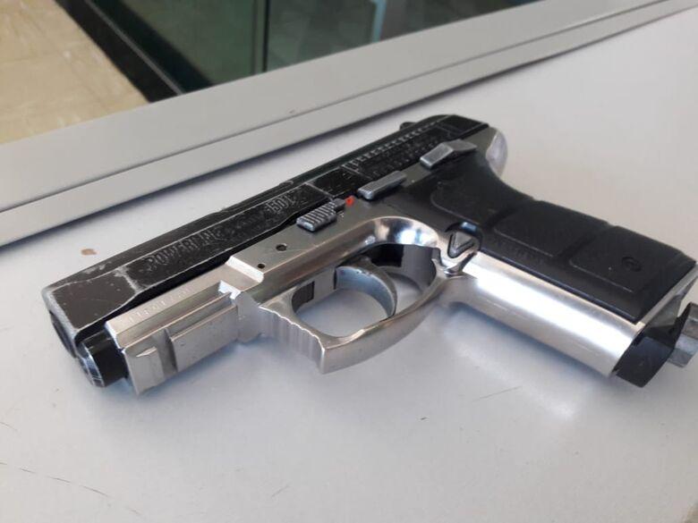 Adolescente é flagrado com uma arma de pressão - Crédito: Maycon Maximino