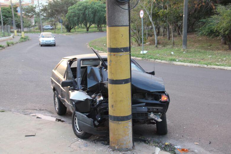Frente de Gol fica destruída após colisão em poste - Crédito: Maycon Maximino