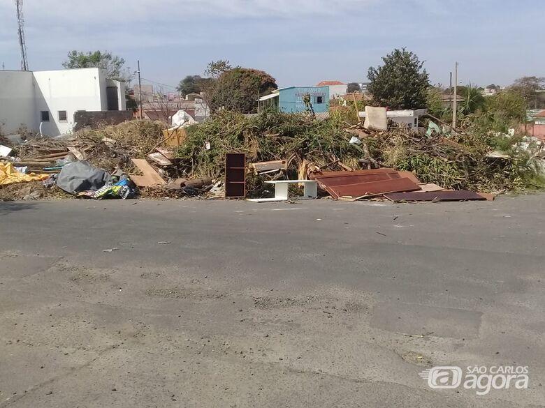Lixo invade ruas no ecoponto do Santa Felícia - Crédito: Maycon Maximino