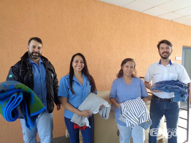 Voluntários da Volks em São Carlos entregam doações da Campanha do Agasalho - Crédito: Divulgação