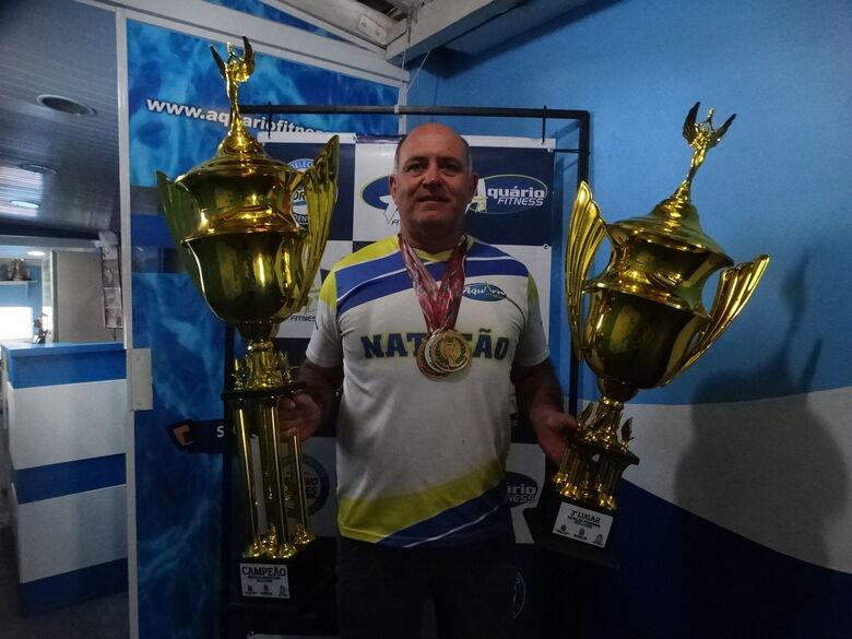 Mitcho com os troféus conquistados nos Regionais - Crédito: Marcos Escrivani